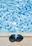 Gläser auf einem Schwimmbadrand Stockbilder