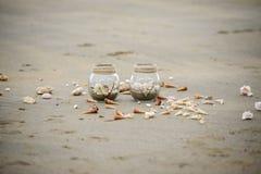 Gläser auf einem Strand stockfoto