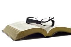 Gläser auf einer Bibel Stockfotos