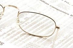 Gläser auf einer Zeitung stockfotos