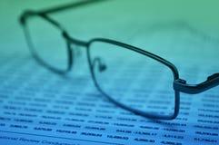 Gläser auf Finanzdiagramm, Geschäftsvision Lizenzfreie Stockfotografie