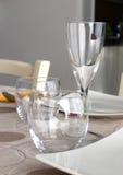 Gläser auf gelegter Tabelle Stockfoto