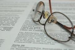 Gläser auf Geschäftsbericht stockbilder