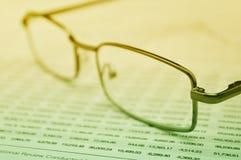 Gläser auf Geschäftsdiagramm, Finanzkonzept stockbilder