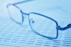 Gläser auf Geschäftsdiagramm, Finanzkonzept lizenzfreies stockfoto