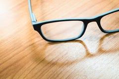 Gläser auf hölzerner Tabelle Lizenzfreies Stockbild