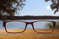 Gläser auf Holztisch Lizenzfreie Stockfotos