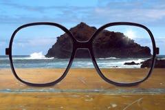 Gläser auf Holztisch Lizenzfreie Stockbilder