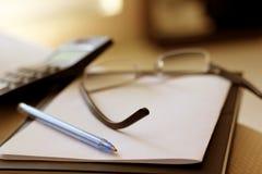 Gläser auf Notizblock Lizenzfreie Stockbilder