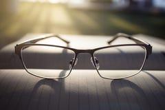 Gläser auf Notizblock Stockbild