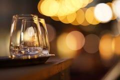 Gläser auf Patio nachts Stockfotografie