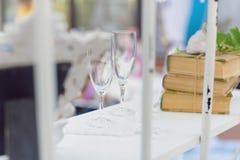 Gläser auf Regal Stockfotos