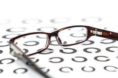 Gläser auf Sehtest Lizenzfreie Stockbilder