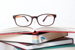 Gläser auf Stapel Büchern Lizenzfreie Stockfotografie