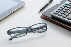 Gläser auf Tabelle Stockbild