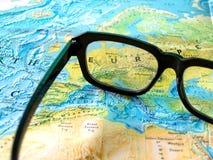 Gläser auf Weltkarte Lizenzfreies Stockfoto