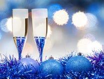 Gläser, blaue Xmass-Bälle auf undeutlichem Hintergrund 8 Lizenzfreie Stockfotografie