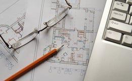 Gläser, Bleistift und Laptop auf Konstruktionszeichnung Lizenzfreies Stockfoto