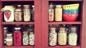 Gläser Bohnen und Popcorn Lizenzfreie Stockbilder