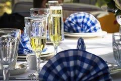 Gläser Champagner auf dem Tisch Stockfotos