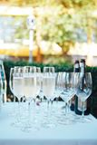 Gläser Champagner auf der festlichen Tabelle Gläser von Champagne draußen stockfoto