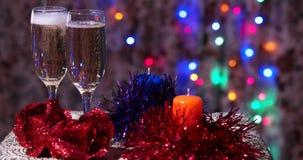 Gläser Champagner auf der Tabelle des neuen Jahres stock video