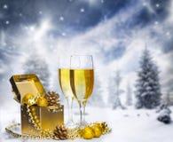 Gläser Champagner auf funkelndem Feiertagshintergrund mit Feuerwerken stockbilder