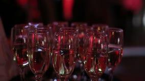 Gläser Champagner im Parteiverein stock video footage