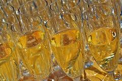 Gläser Champagner mit Champagner nach innen Lizenzfreie Stockbilder