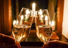 Gläser Champagner mit festlichem Hintergrund Stockbild