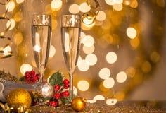 Gläser Champagner mit Hintergrund des strahlenden Golds Lizenzfreies Stockfoto