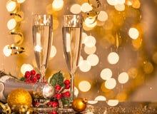 Gläser Champagner mit Hintergrund des strahlenden Golds Stockfotos