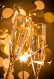 Gläser Champagner mit Hintergrund des strahlenden Golds Lizenzfreie Stockfotos