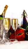 Gläser Champagner mit Schablonen und Partyhüten Stockfoto