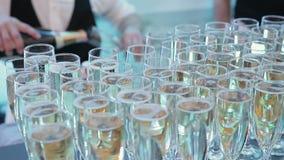 Gläser Champagner sind auf dem Tisch stock video