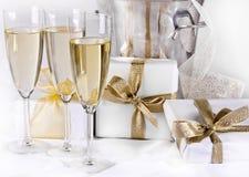 Gläser Champagner und Geschenke Lizenzfreie Stockfotos