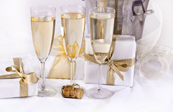Gläser Champagner und Geschenke Stockbild