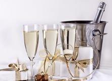 Gläser Champagner und Geschenke Stockbilder