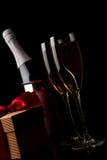 Gläser Champagner- und Goldfarbbandgeschenke Lizenzfreie Stockbilder