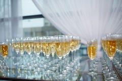 Gläser Champagner und Wein Stockfotos