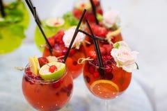 Gläser Cocktails auf Barhintergrund Stockfotografie