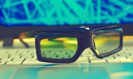 Gläser 3d auf einer Laptoptechnologie Stockfotos