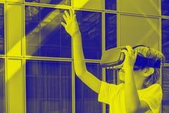 Gläser der Kindertragende virtuellen Realität VR in der Stadt duotone Effekt stockfotografie