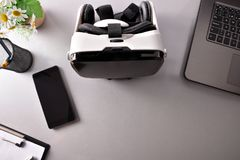 Gläser der virtuellen Realität auf closeu Draufsicht des Geschäftsbürotischs Lizenzfreies Stockbild