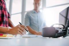 Gläser der virtuellen Realität auf Tabelle mit dem Mannarbeiten Lizenzfreie Stockfotografie