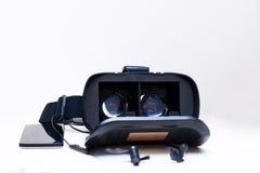Gläser der virtuellen Realität mit einem Smartphone und einem earphones Stockfotos