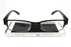 Gläser des alten Mannes mit intelligentem Telefon Lizenzfreie Stockbilder