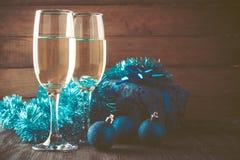Gläser des Champagners und des Geschenks auf hölzernem Hintergrund Stockfoto