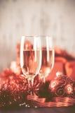Gläser des Champagners und des Geschenks auf hölzernem Hintergrund Lizenzfreie Stockbilder