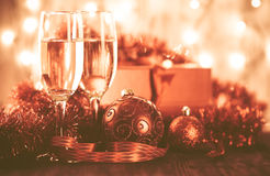 Gläser des Champagners und des Geschenks auf hölzernem Hintergrund Lizenzfreies Stockfoto